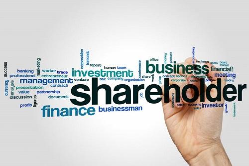 jelaskan perbedaan pemahaman stakeholder dan shareholder